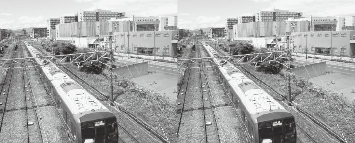 図1 左右は同一の写真であるが,左の電車は右の電車よりもより左奥の方向に向かっているように見える(斜塔錯視)。正面の建物群は,総合心理学部のある立命館大学大阪いばらきキャンパス。