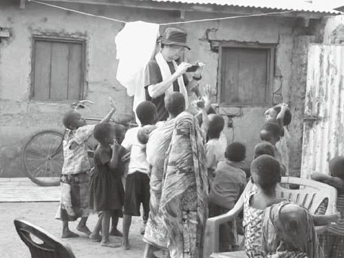写真1 子どもたちに囲まれる (撮影・島田将喜)