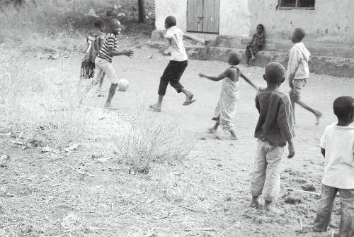 写真3 路上でサッカーをする子 どもたち(撮影・高橋康介)