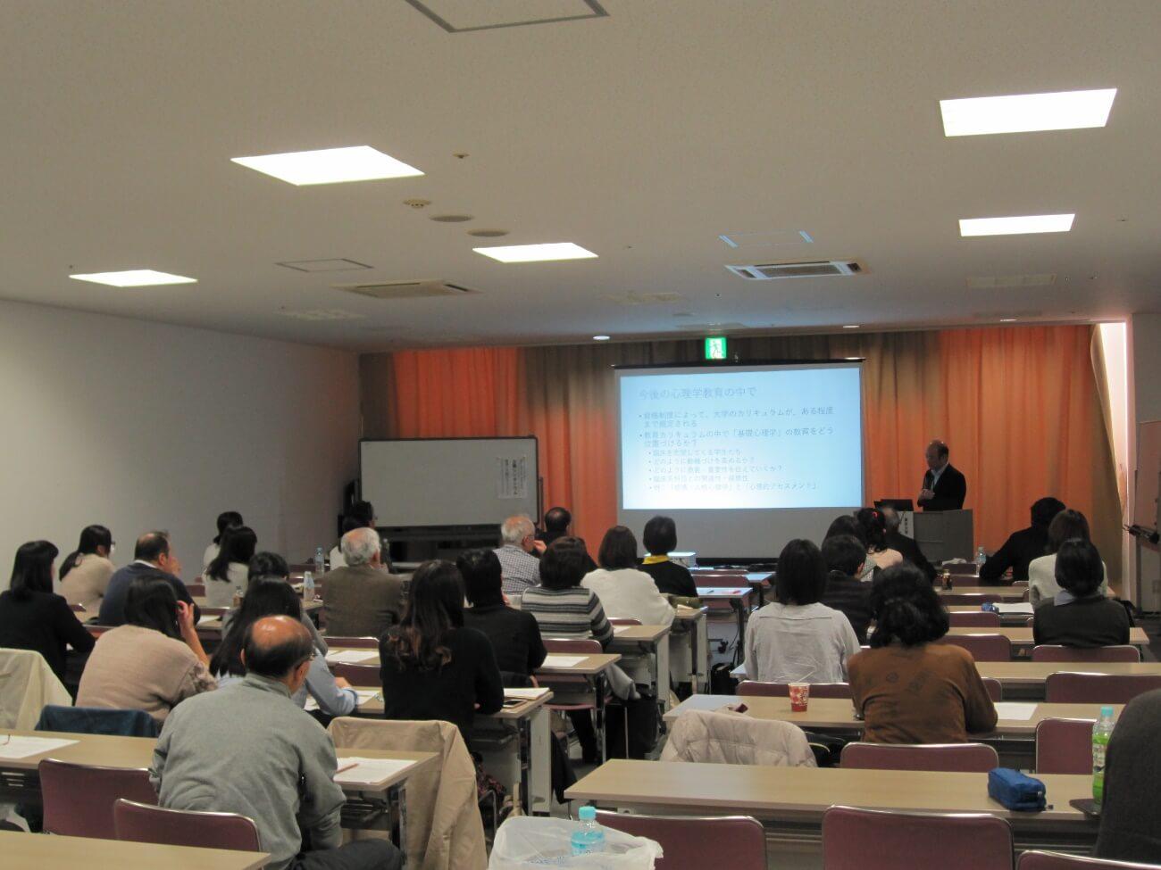 当日の会場の様子(長野県上田市の駅前ビル パレオ2階会議室にて)。認定心理士の会会員の他、大学生、一般市民など、40名の方にご参加いただきました。