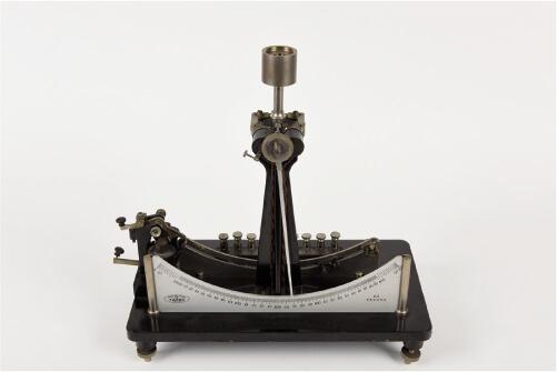 写真2 文教大学で展示されている振子型測時計(竹井機器工業製)