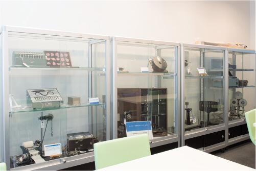 写真3 文教大学における実験機器の展示の一例。手前には学生が学習用に自由に使用できるスペースが設けられている。