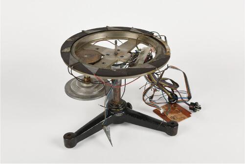 写真1 文教大学で展示されているモイマンの時間知覚器(竹井機器工業製,上部の「腕」は欠品)
