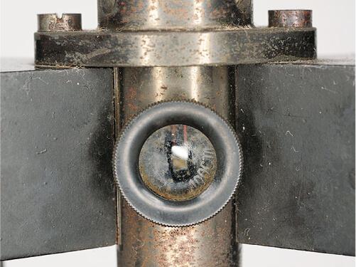 写真3 鏡が入っている反照検流計の中央部の拡大写真